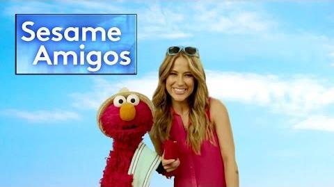 Elmo y Jackie Guerrido estan listos para irse juntos a la playa en Sesame Amigos