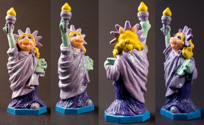 PVCs DisneyParks - Piggy Statue Liberty