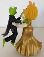 San francisco music box company miss piggy and kermit dancing cheek to chic 4