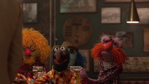 TheMuppets-S01E04-FloydWithBeer