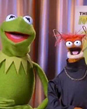 Kermit&Pepe-OKMagazine-(2012.13.06)