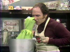 Kermit kiss Tom