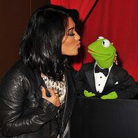 TheMuppets-UK-Premiere-Kiss-VanessaWhite&Kermit