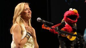2009gala-Sheryl-Crow-Elmo