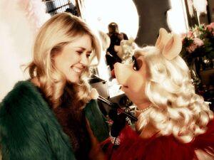 BILD-CarolinDendler&MissPiggy-VerleihungDerGoldenenKamera-(2012-02-04)