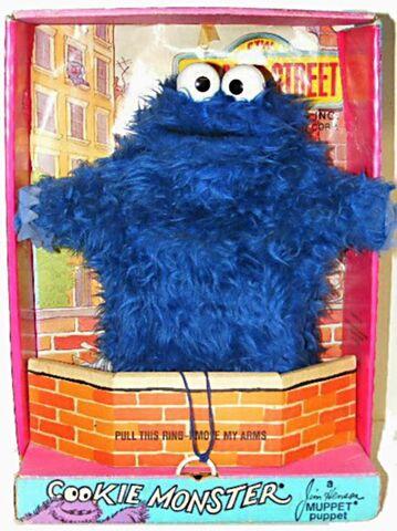 File:Topper sesame 1971 cookie monster box.jpg