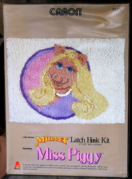 Caron latch hook kit miss piggy