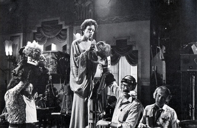 File:Carol Burnett behind the scenes 02.jpg