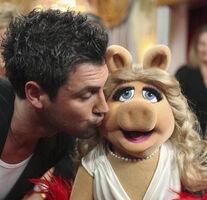 Kiss Maksim Chmerkovskiy Miss Piggy