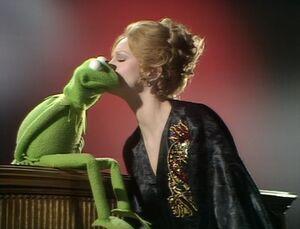 Juliet kisses Kermit