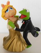 San francisco music box company miss piggy and kermit dancing cheek to chic 1