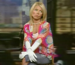 KellyRipa-PiggyGloves