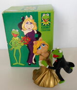 San francisco music box company miss piggy and kermit dancing cheek to chic 2