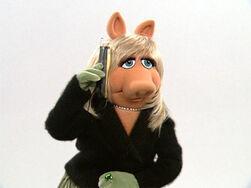 Piggy-calls-bernie