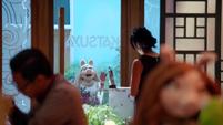 TheMuppets-S01E06-PiggyOutsideRestaurant