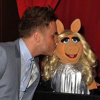 TheMuppets-UK-Premiere-Kiss-OllyMurs&MissPiggy