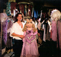 BarbaraDavis-and-MissPiggy-1980-01b