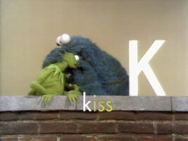 0044 Cookie Kermit kiss