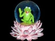 San francisco music box company 1999 kermit snowglobe plays rainbow c