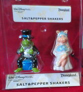 Disney theme parks kermit piggy wedding salt pepper shakers 1
