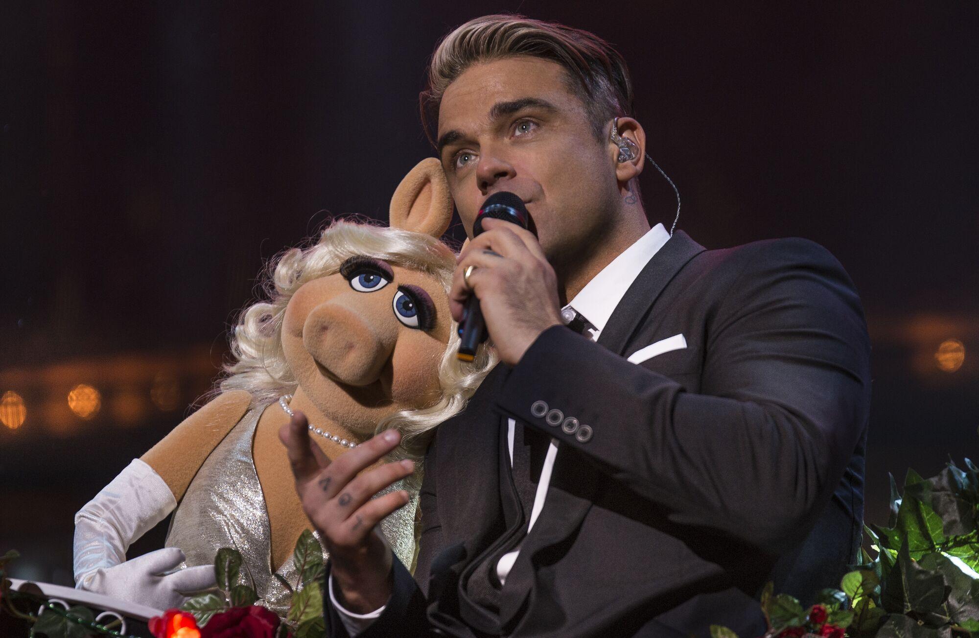ilmainen toimitus tavata viralliset valokuvat Robbie Williams: One Night at the Palladium | Muppet Wiki ...