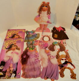 Colorforms 1980 miss piggy paper doll set 1