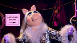 GagaMuppets-PiggyBackstage