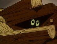 Vampyyrin silmät näkyvät polttopuu-pinosta.