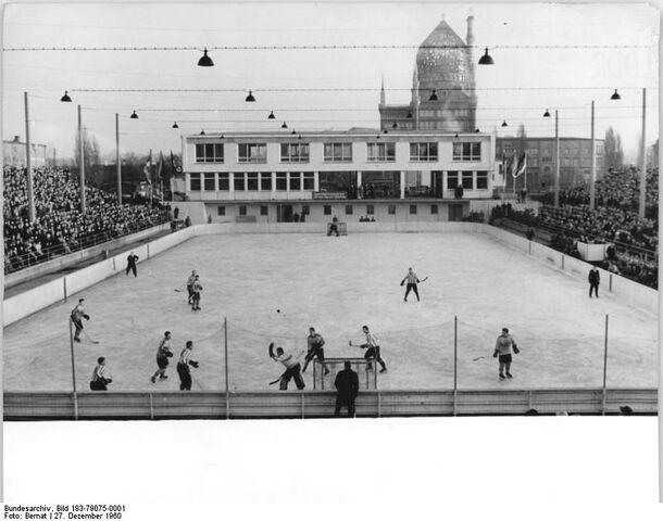 File:Bundesarchiv Bild 183-79075-0001, Dresden, Eisstadion, Eishockey.jpg