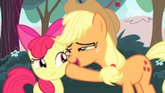 Applejack contrôle Apple Bloom (S04E17)