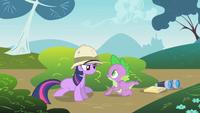 Twilight e Spike spiano pinkie