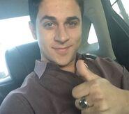 David-henrie-thumbs-up-selfie
