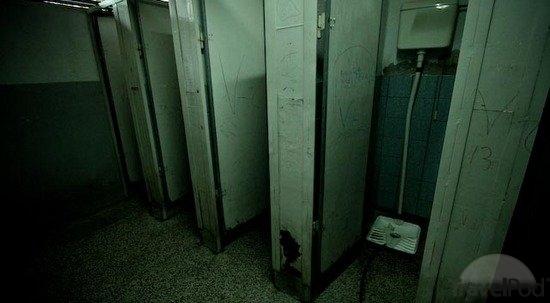 File:The-bathrooms-scary-school-4-skopje.jpg