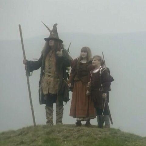 Хмур рядом с Юстасом и Джил в сериале