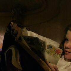 Люси читает заклинание красоты