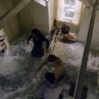 Вода из картины заполняет комнату в фильме