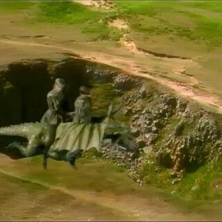 Эдмунд и Люси летают на драконе над островом