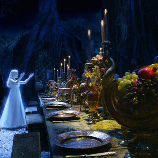 Лилиандил зажигает свечи на столе Аслана