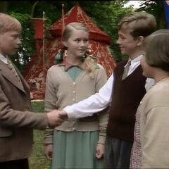 Эдмунд присит прощения у брата и сестёр