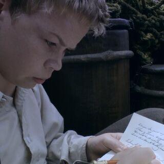 Юстас делает запись в дневник на корабле
