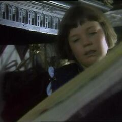 Люси читает книгу