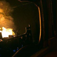 Люси сжигает страницу книги с заклинание красоты