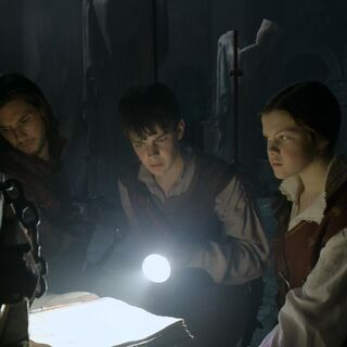 Эдмунд использует фонарик на Одиноких островах