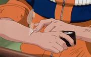 Naruto usando a pomada de Hinata