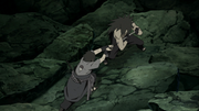 Madara retiene a Sasuke con su Espada Kusanagi