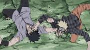 Naruto y Sasuke se golpean Mutuamente