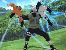 Kakashi deteniendo el Rasengan de Naruto y el Chidori de Sasuke