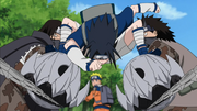 Sasuke deteniendo a Gozu y Meizu
