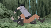Sasuke golpea furiosamente a Naruto