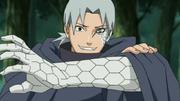 Kabuto con los restos de Orochimaru implantados en su cara y brazo